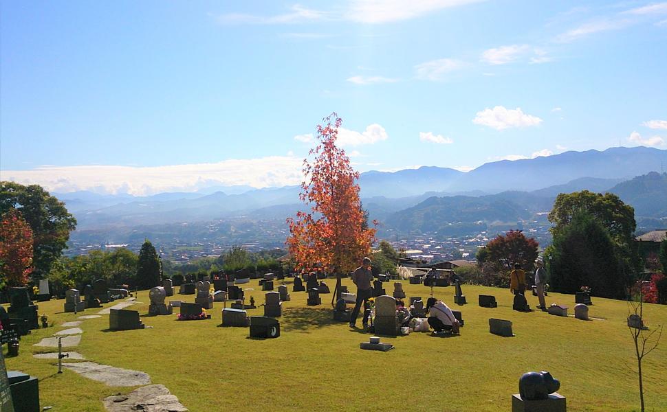 芝生上墓地 墓石も石材店直営霊園のため、安価でオリジナルをお作りします。