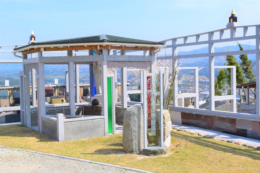 芝生上墓地 幸せの鐘・慰霊廟